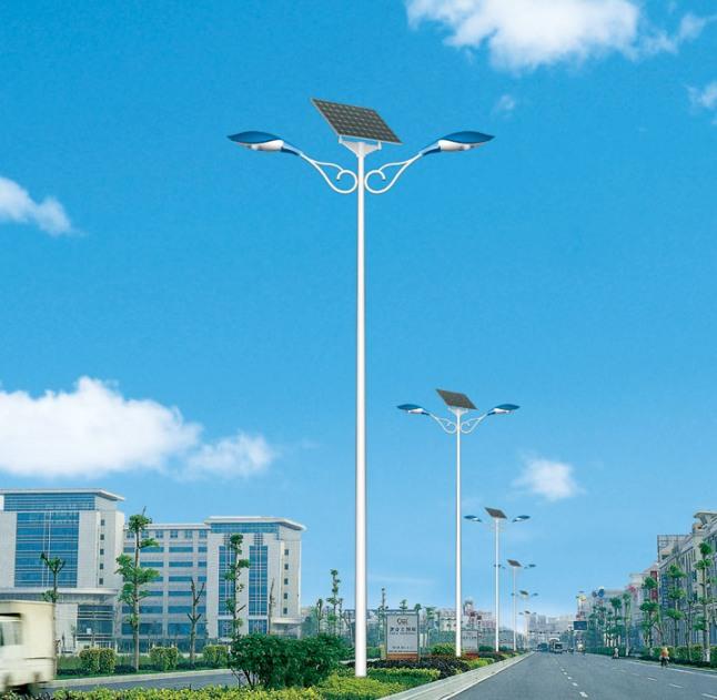 沭阳一大学生村官为村民安装太阳能路灯